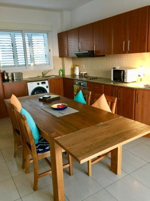 Open plan kitchen/ dining